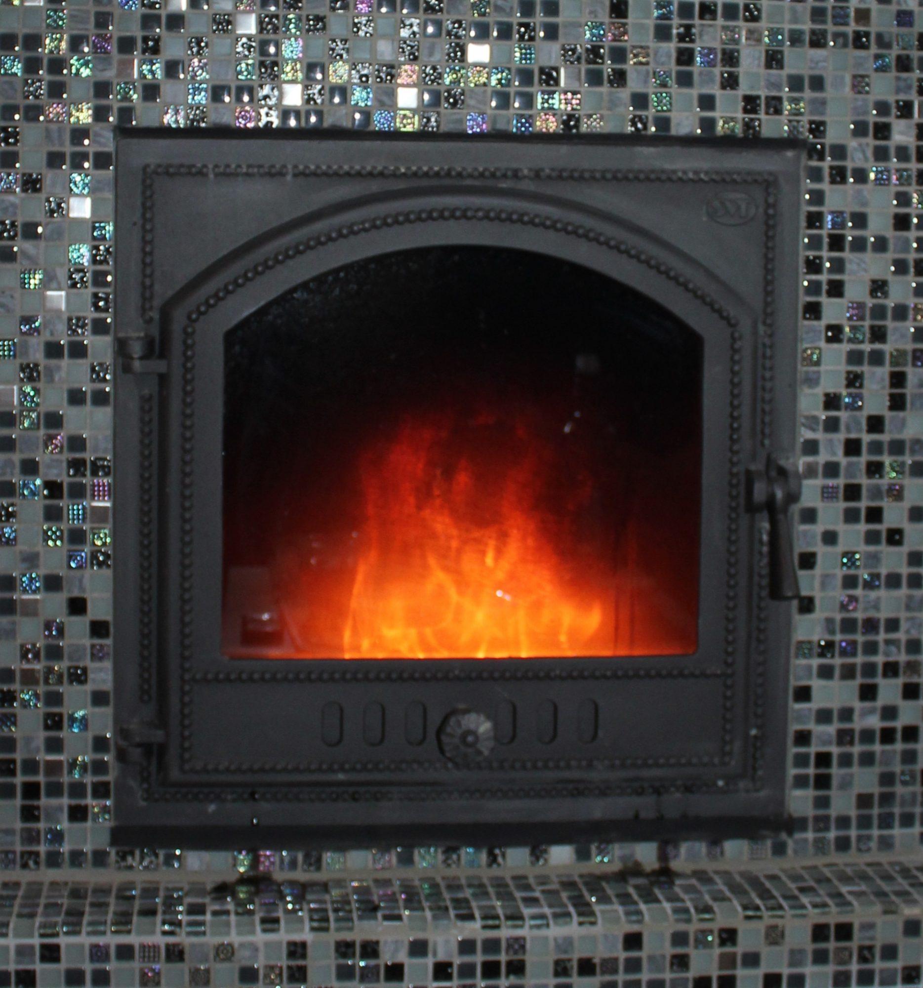 Дверца топливника отопительного камина с шибером.
