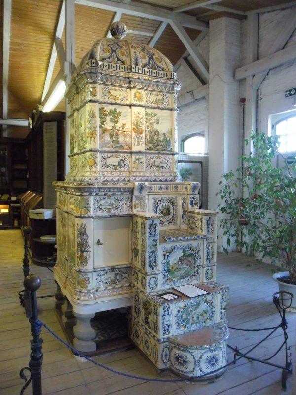 Изразцовая печь, трон. Музей г. Фелтен