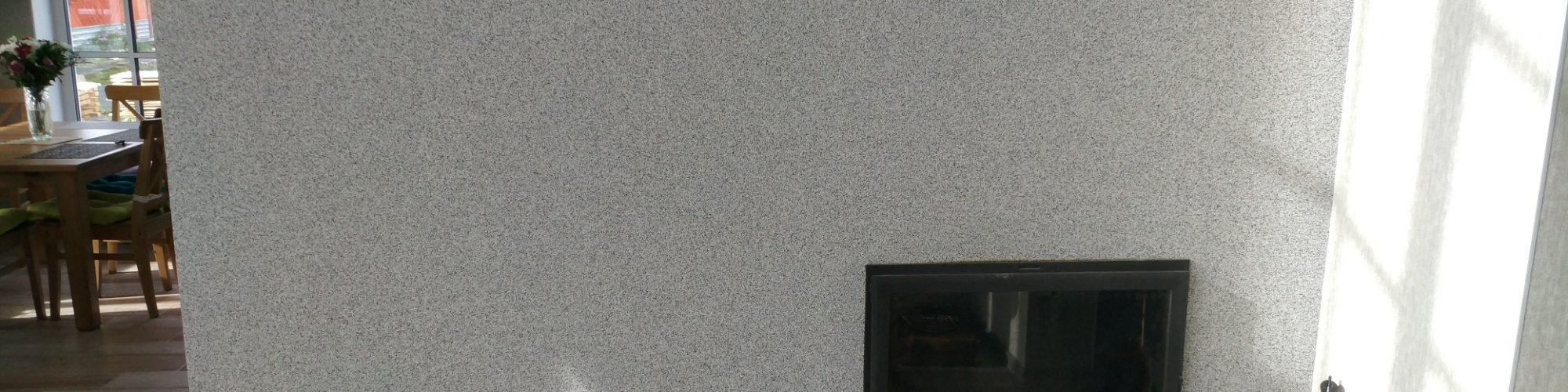 Кирпичный камин с большой панорамной дверцей