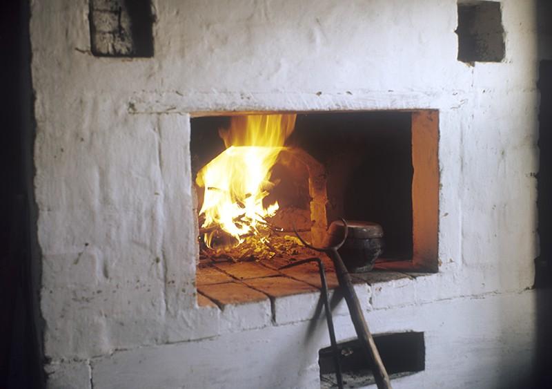 Русская печь жарко топится.