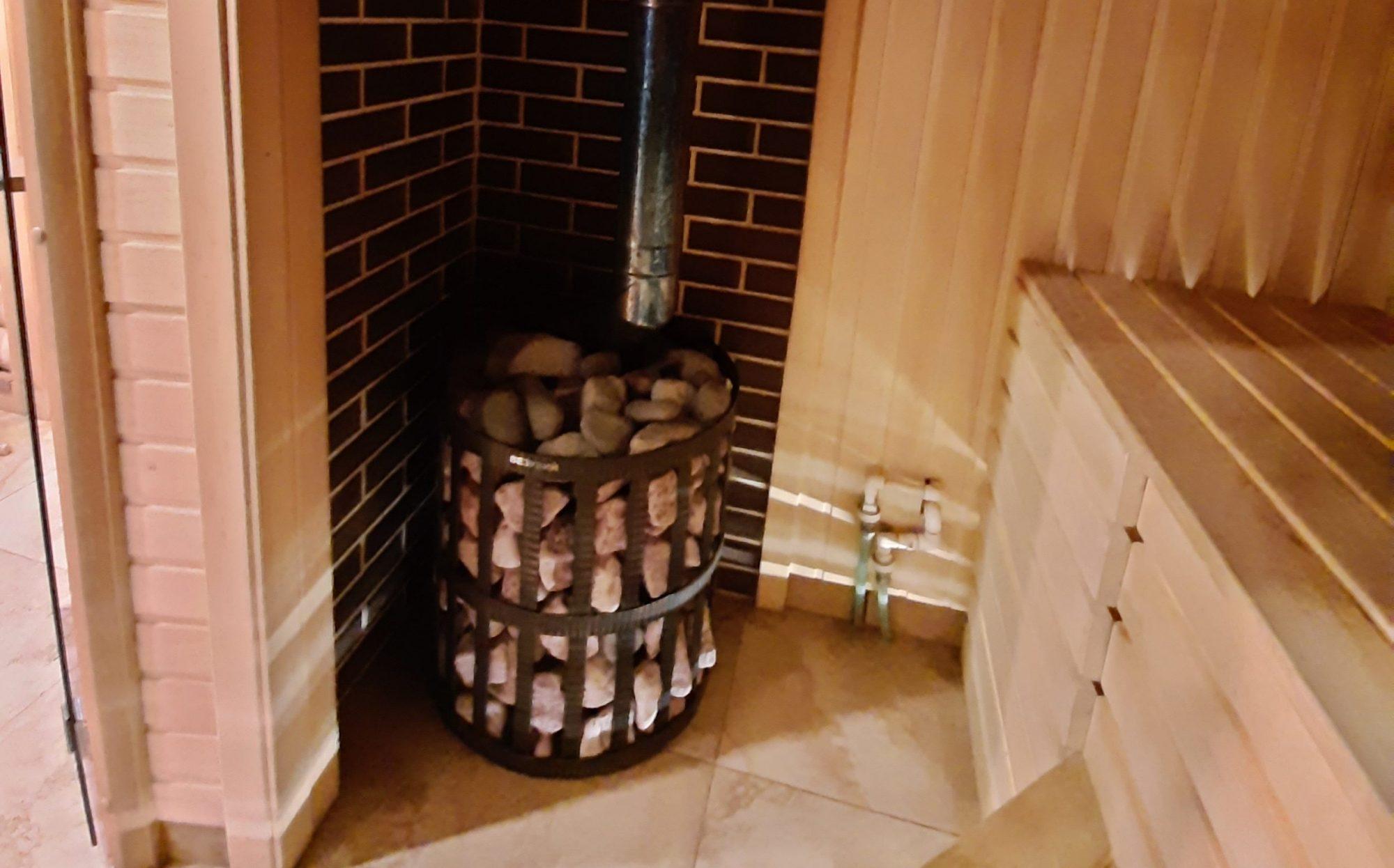 Банная печь в углу парной